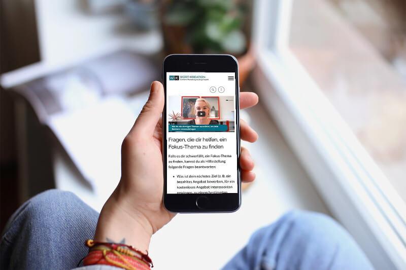 Webtexte müssen auf kleinen Bildschirmen von Smartphones gut lesbar sein.
