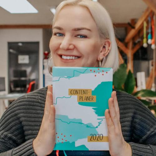 Content-Marketing-Expertin Heike Friedrich mit ihrem eigenen Print-Content-Planer